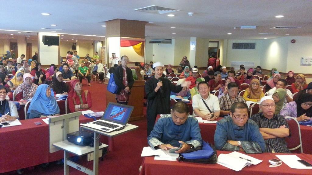 Ustaz Ismail Chong melontarkan soalan bagi pihak perwakilan dari seluruh negara